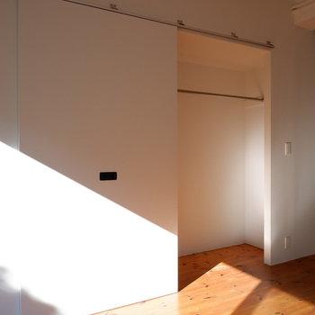 クローゼットは1枚の扉で半分オープンクローゼットに。