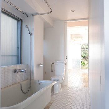 浴室とトイレは白タイルの空間の中に。