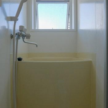 浴室には小窓つき。