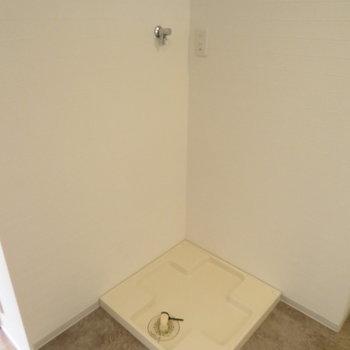 洗面台の後ろに洗濯機置き場
