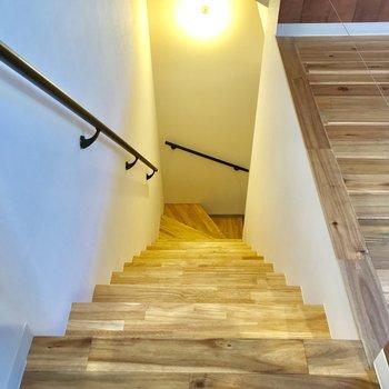 玄関までの階段には手摺があるので安心 ※写真は前回募集時のものです