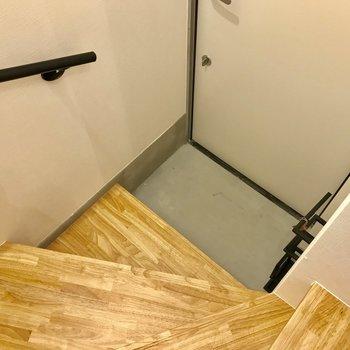 階段降りて右手に見えるのが靴箱です ※写真は前回募集時のものです