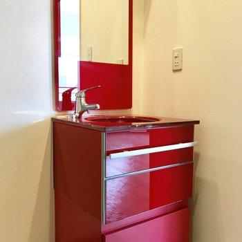 インパクト大!!真っ赤な洗面台!