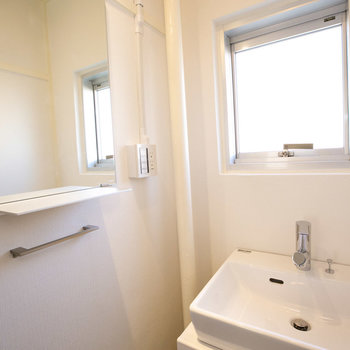 洗面台やタオルかけもスタイリッシュなものになってます。