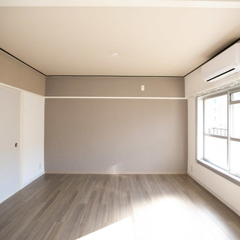 キッチン側から見たところ。左側壁上部、グレーのアクセント塗装には珪藻土が含まれています。