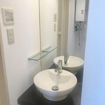 洗面台、おしゃれな丸皿タイプ!※写真は反転間取り別部屋です