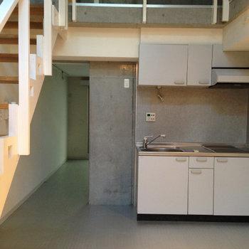 奥に寝室が※写真は1階の反転間取り別部屋のものです。