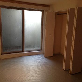 寝室。収納たっぷり!※写真は1階の反転間取り別部屋のものです。