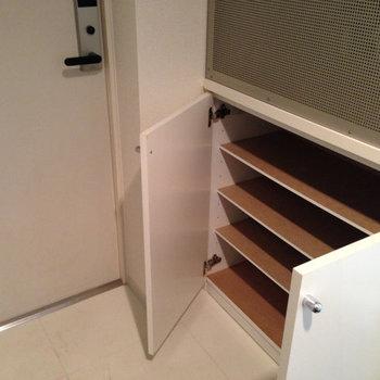 玄関。靴箱は小さめ※写真は1階の反転間取り別部屋のものです。