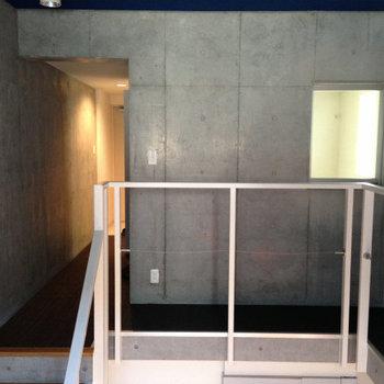 右の窓がお風呂の窓※写真は1階の反転間取り別部屋のものです。