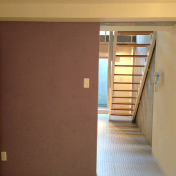 寝室から、ダイニングを見た所※写真は1階の反転間取り別部屋のものです。