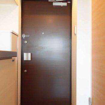 シンプルな玄関※写真は1階の同間取り別部屋のものです