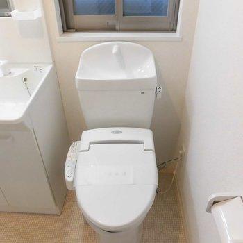 お隣にはトイレ。ウォッシュレット。※写真は1階の同間取り別部屋のものです