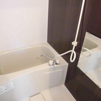 お風呂はコンパクト※写真は1階の同間取り別部屋のものです