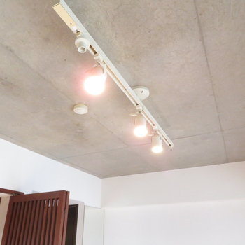 コンクリートにダウンライト付きますよね※写真は4階の同間取り別部屋のものです