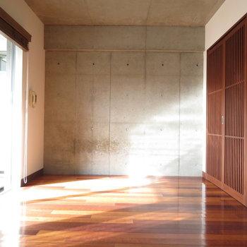南向きなのでこれでもかと日光が※写真は4階の同間取り別部屋のものです