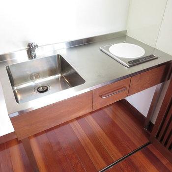ステンレスのキッチンです※写真は4階の同間取り別部屋のものです