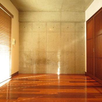 コンクリートと木が同調しています※写真は4階の同間取り別部屋のものです
