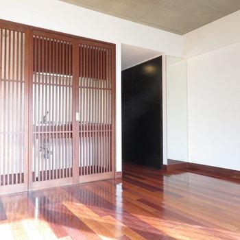キッチン前のルーバーをあけましょう※写真は4階の同間取り別部屋のものです