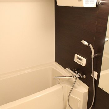 1F洗面台横にはシンプルなお風呂※写真は2階の似た間取り別部屋のものです