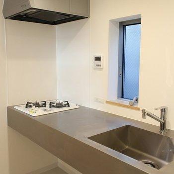 シンプル美しいキッチン※写真は2階の似た間取り別部屋のものです