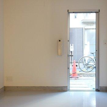 1Fシンプルすぎる玄関!※写真は2階の似た間取り別部屋のものです