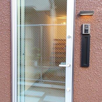 透明な玄関ドア※写真は2階の似た間取り別部屋のものです