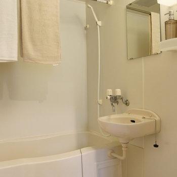 浴室乾燥機能付きで便利です。※写真は2階の同間取り別部屋のものです。