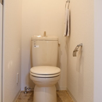 トイレは個室になっています。※写真は2階の同間取り別部屋のものです。