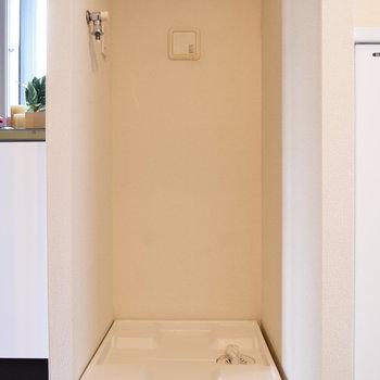 キッチン脇に洗濯機置場。※写真は2階の同間取り別部屋のものです。
