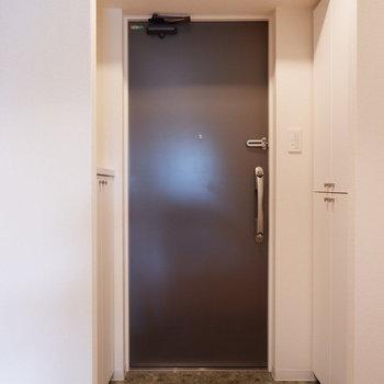 玄関にもゆとりがありますよ。※写真は2階の同間取り別部屋のものです。