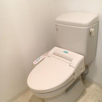 おトイレにはもちろんウォシュレット付き。※写真は4階の同間取り別部屋のものです。