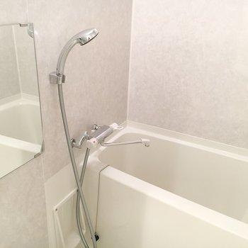 お風呂は薄いパープル。※写真は4階の同間取り別部屋のものです。