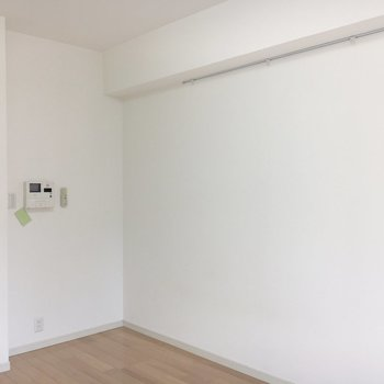 壁にはレールも。※写真は4階の同間取り別部屋のものです。