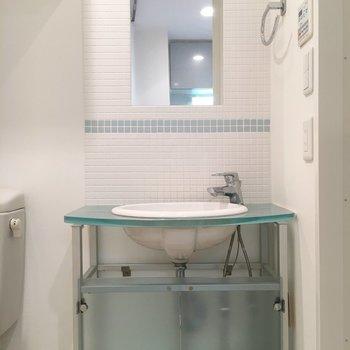 洗面台も水色。統一感がありますね。※写真は4階の同間取り別部屋のものです。