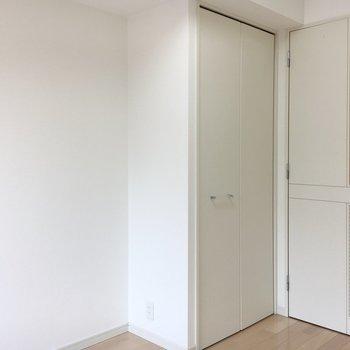 ドアまでまっしろ。※写真は4階の同間取り別部屋のものです。