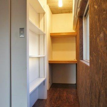 そのお隣には収納棚とちょっとした書斎スペース。(記載は収納)