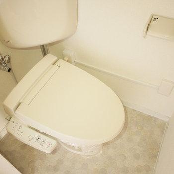トイレは狭め。ウォシュレットになっています!