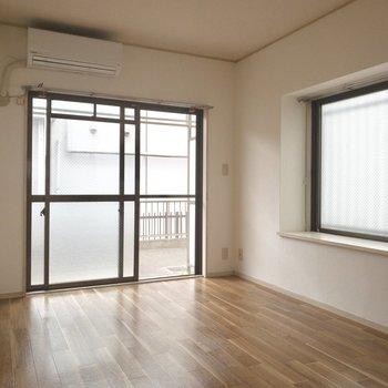 【洋室6帖】こちらの出窓には本を置いて。