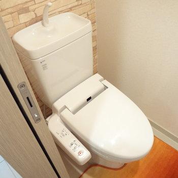トイレはもちろんウォシュレットつき。※写真は11階の同間取り別部屋のものです