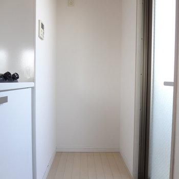 冷蔵庫は奥に。※写真は11階の同間取り別部屋のものです