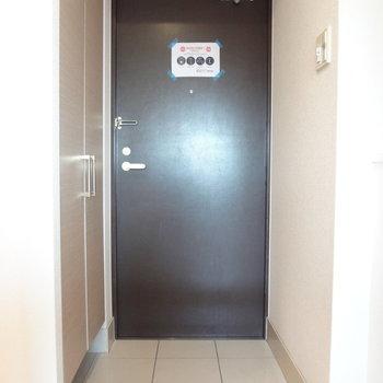 玄関はすっきりと。※写真は11階の同間取り別部屋のものです
