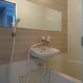 浴室はコンパクトですが、シート張りでキレイになりましたよ