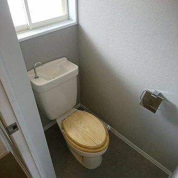 トイレには木製便座を付けています