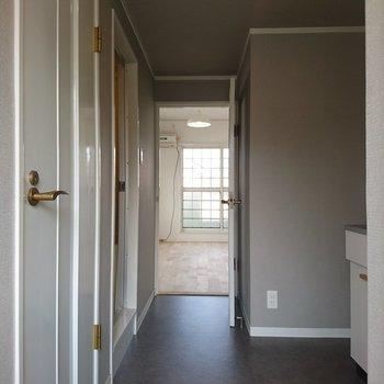 廊下はライトグレーのアクセントクロスです