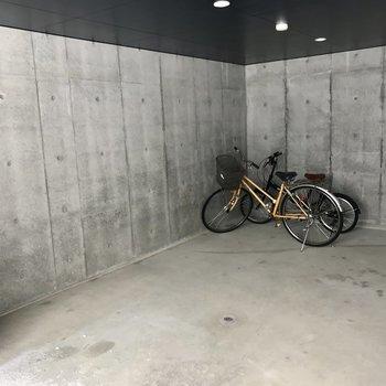 自転車はこちらへ