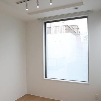 【洋1】窓のボカシ具合は絶妙です