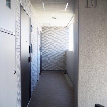 同じ階のお部屋が少ないため共用廊下は短めです