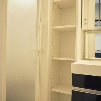 洗面台横にはタオル置き場が※写真は10階の同間取り別部屋のものです
