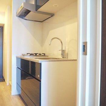 暗めの青緑でステキな色のキッチン※写真は10階の同間取り別部屋のものです
